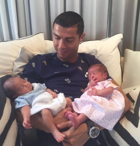 Криштиану Роналду показал фото новорожденных близнецов