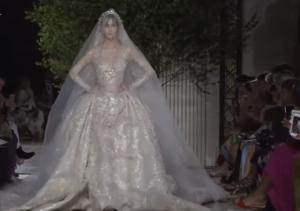 Фото свадебного платья в конце показа Зухейра Мурада на Неделе высокой моды в Париже 2017