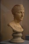 На фото бюст древнеримской императрицы Фаустины со сложной прической в виде кос, уложенных вокруг лба.