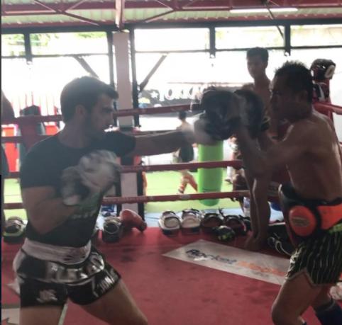 Джо Джонас на тренировке по боксу в Таиланде, видео