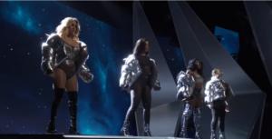 Фото группы Fifth Harmony на сцене во время церемонии MTV VMAs 2017