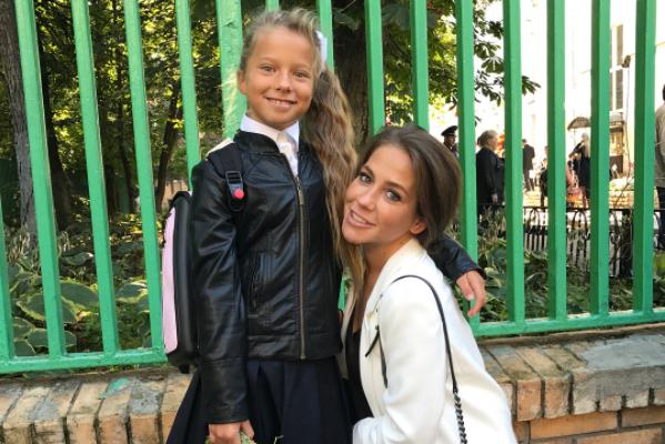 Юлия Барановская отправила детей в школу, фото
