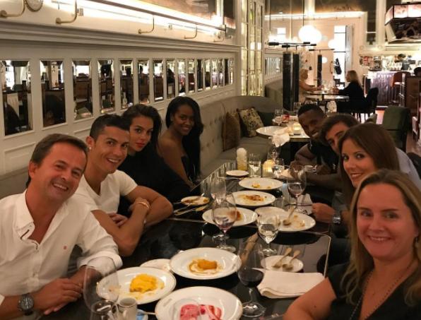 Криштиану Роналду разместил фото с друзьями