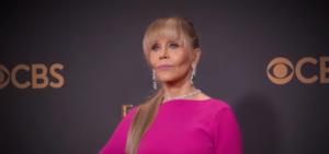 """На фото 79-летняя Джейн Фонда на церемонии вручения телевизионных премий """"Эмми"""" 2017"""