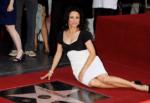 На фото Джулия Дрейфус рядом со своей звездой на Аллее славы в Голливуде