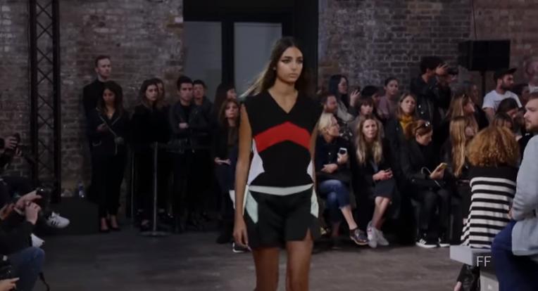 Неделя моды в Лондоне: показ коллекции Versus весна-лето 2018, видео