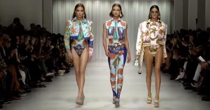 Показ коллекции Versace на Неделе моды в Милане в сентябре 2017, видео