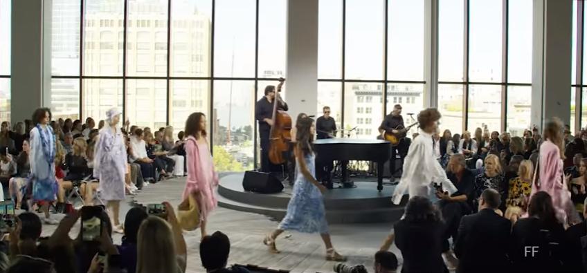 Майкл Корс: показ коллекции на Неделе моды в Нью-Йорке, видео