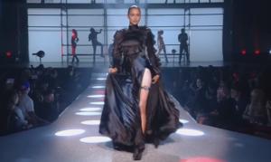На фото Ирина Шейк во время показа коллекции Филиппа Плейна на Неделе моды в Нью-Йорке в сентябре 2017