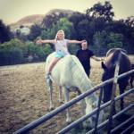 Муж Тори Спеллинг Дин Макдермотт с дочерью Хэтти на ферме в Калифорнии, фото из Инстаграма @torispelling