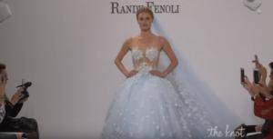 На фото свадебное платье сезона 2018 года с едва уловимым голубым оттенком