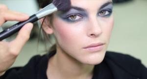 Фото перед показом Шанель на Неделе моды в Париже 2017, наложение макияжа