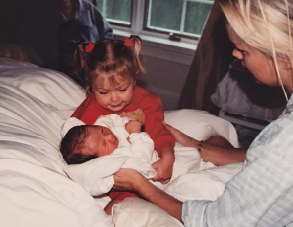 Джиджи Хадид поделилась детским фото с новорожденной сестрой Беллой