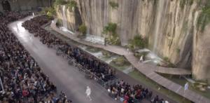 Фото показа коллекции Шанель на фоне водопадов в октябре 2017 в Париже