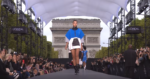 На фото Ирина Шейк во время модного показа Лореаль на Неделе моды в Париже в октябре 2017